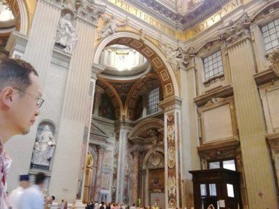 サン・ピエトロ大聖堂内部は、言葉を失うスケールです