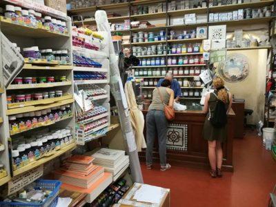 お店の中は、絵具やら紙やらが所狭しと並んでいます