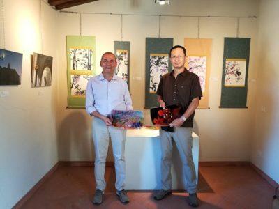 市長さんと、寄贈作品のフュージング絵皿を持って記念撮影