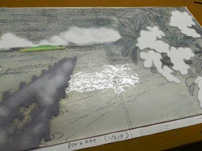 ベースガラス上に、白のガラス粉が部分的に載っています。プルメリアの花と、雲の部