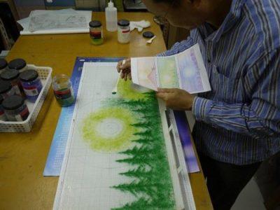 原画を元に、緑のガラスフリットを、ベースガラスの上に置いていきます