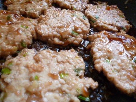 鶏のひき肉でつくねを作り、甘酢ソースにからめました。