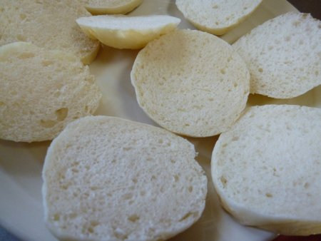 そして、パンは冷凍してあったプチご飯パンを使用。薄くスライスしておきます。