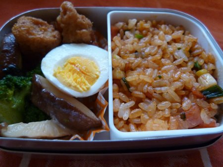にんじんのすりおろし、ベーコン、ネギの入ったケチャップご飯。おかずは、からあげ、ゆで卵、ブロッコリーと椎茸のオイスターソース炒めです。