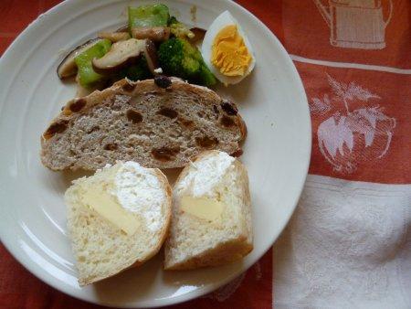 今日の朝食。シュークリームのようなパンになりました。