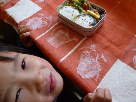 娘が海苔で顔を作りました。おかずはウインナーとブロッコリーの炒め物と椎茸の佃煮。おにぎりは梅干です。