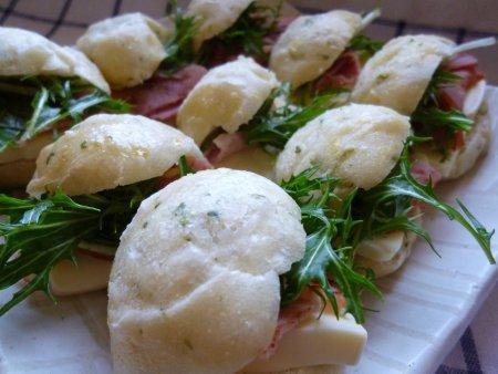 このパンには、ベーコンとチーズ、畑で採れた水菜を挟んでサンドイッチに。