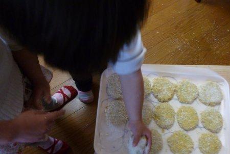 作っていると必ず寄ってくる子供達。丸める作業を手伝わせました。