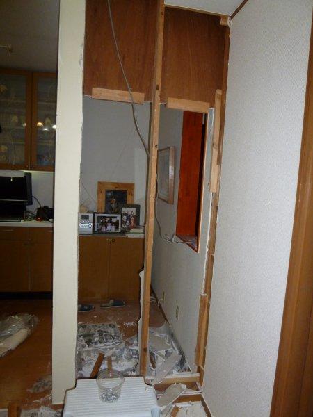 石膏ボードをとめる為の間柱は、構造材ではないので、切りました。