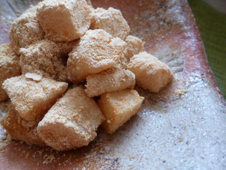 こちらは大福にせず、タッパーに入れて放置しました。冷めたら小さめに切り、きな粉と砂糖にまぶして出来上がり。