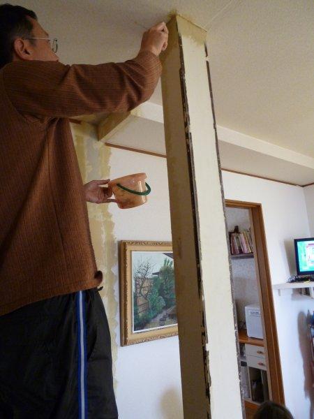 残した柱の汚れを取ります。次に穴の開いた箇所やへこんだ箇所にパテを塗りました。