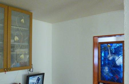 この壁に取り付ける予定です。以前は油絵が飾ってありました。