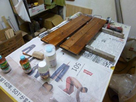 ネット通販でアイアンブラケット(棚受け)を購入し、棚になる板は、ホームセンターで購入。ペンキを塗って準備完了です。