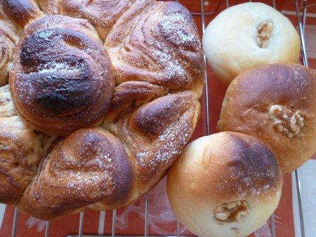 渦巻きパンは、丸型に入れて焼きました。
