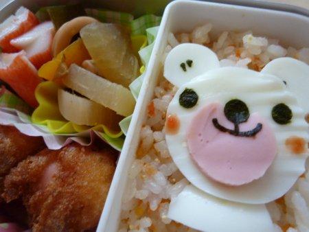ふりかけごはんにゆで卵の白熊ちゃん。おかずは、イカと大根の煮物、カニカマとミニアメリカンドックです。