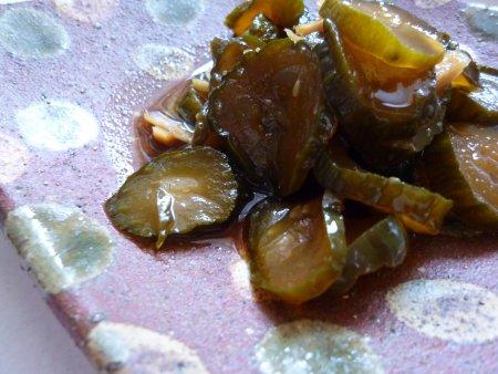 醬油、砂糖、お酢の調味料に漬けます。