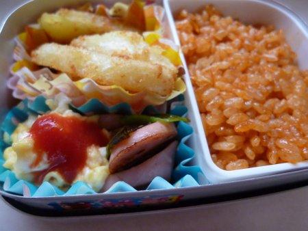 野菜入りケチャップライス。おかずは、ポテトフライにスクランブルエッグ、お魚ソーセージとさやえんどうの炒め物。