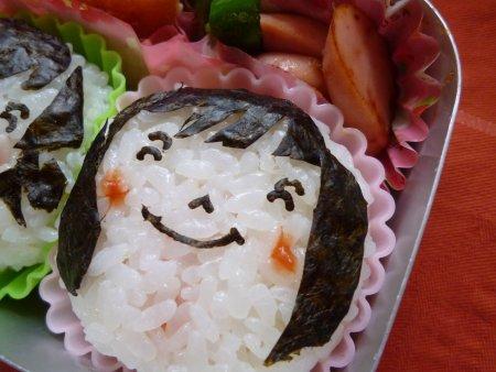 タラコおにぎりと梅干おにぎり。おかずは、魚のフライにお魚ソーセージとピーマンの炒め物。