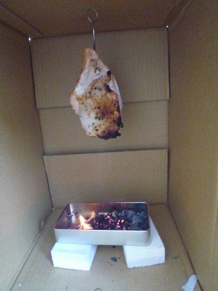 燻製・・要は、香りの良い木材を熱し、その煙を食材に風味としてつけるという目的。もう一つは、煙に含まれる殺菌、防腐成分を食材に浸透させるのが目的(ウィキペディアより)。家庭で簡単に作れる燻製の楽しみは、前者の香り付けですね。