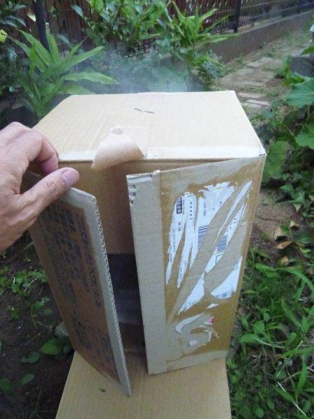 スモークチップスは、少量ずつ入れ、炎がたたないように発煙させます。燻製時間は約1時間。