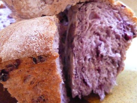 2つ目は、生地に練りこんだブルーベリーパン。