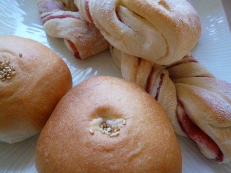 大量のパンとおにぎり、から揚げ、お菓子を持って出発しました。