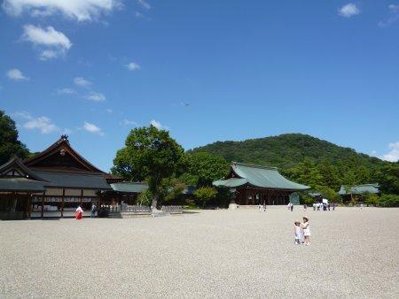 最終日に観光したのが、奈良県橿原市の橿原神宮(かしはらじんぐう)。明治23年に創建された広大な敷地の神社。無駄な装飾を排除したシンプルで品のある神社でした。