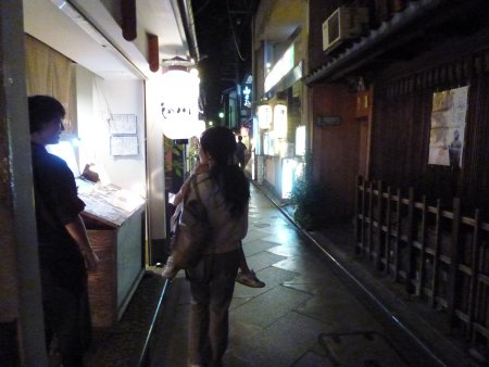 そして、主人が行きたいといっていた先斗町(ぽんとちょう)。鴨川と木屋町通りの間にある花街。沢山の飲食店、土産屋があり、歩いているだけで楽しくなります。