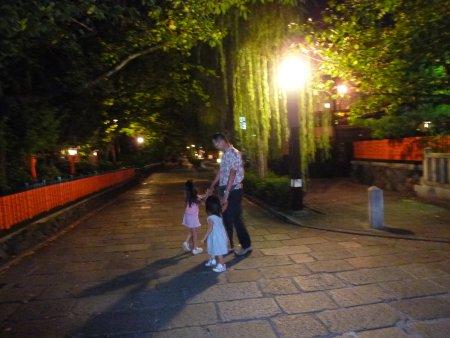 祇園と言えば・・巽橋(たつみはし)、と言われるくらいドラマでは有名な橋を渡り、白川南通りの柳、風情ある京町屋を眺めながらお散歩です。