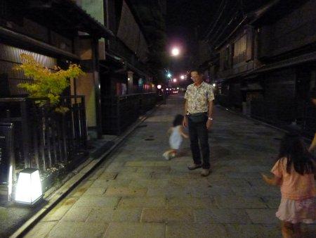 こちらは、滞在した旅館の裏手の通り。京都では祇園界隈の旅館に1泊しました。夜の京都は風情があり、なんとも心地よかったです。