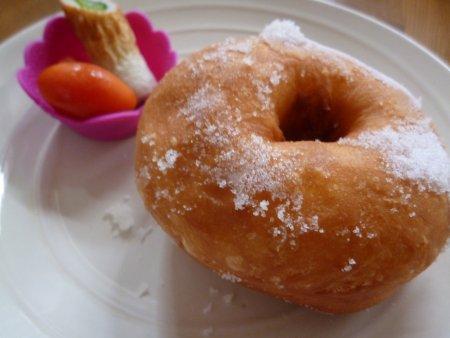 揚ったら、砂糖を塗して出来上がり。今日の朝ごはんです。