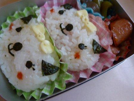 おかずは、魚肉ソーセージのデミグラスソース炒めと蒟蒻とピーマンの中華風煮物。