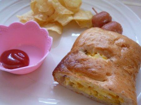 子供達は、中身の甘納豆のみ取り除く・・という暴挙に出ました。よって、中身は私が食べ、変わりに卵のマヨネーズ和えを挟んで朝食にしました。