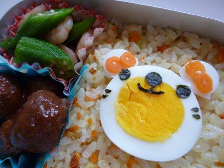 野菜チャーハンの上に、ゆで卵で作ったクマさんをのせました。おかずは、ミートボール、オクラとエビの和え物です。