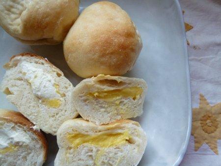 途中、生クリームが足りず、数個はクリームパンに。