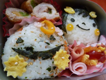 おにぎりは、混ぜご飯のおにぎりと、タラコのおにぎり。おかずは、野菜の肉巻きとスクランブルエッグです。
