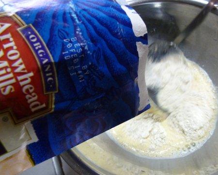 粉が茶色ぽいので、全粒粉やらふすまやら・・体にもよさそうなミックス粉になっているようです。