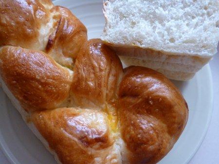 編みこんであるパンは、クリームが挟んであります。