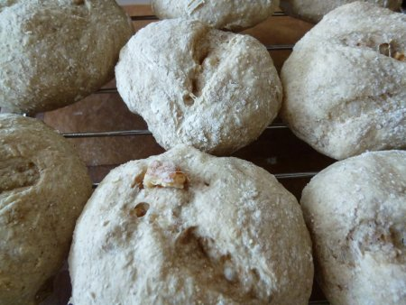 ライ麦、強力粉、胡桃、ヨーグルトで作ったライ麦パン。栄養満点です。