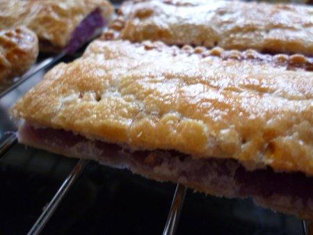パイ生地に合わせて、むらさき芋パイ。