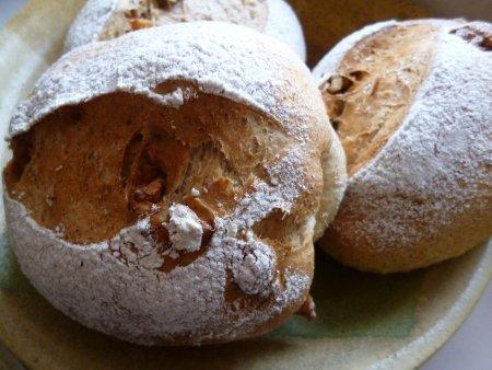 どこにも行けないので、パン作り。ライ麦と全粒粉のパンを作りました。