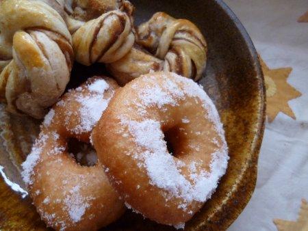 成形を変えた渦巻きパン。ドーナツは同じ生地を少しとり、揚げパンにしました。