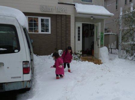 今回の雪は予想外の積雪量でしたね。普段から親しくしている近隣の方々や、普段はなかなかお話できないような近所の方々とも協力しながら雪かきしました。こういう異常事態には、何を言わずとも団結するんだぁ・・と実感した日々でもありました。