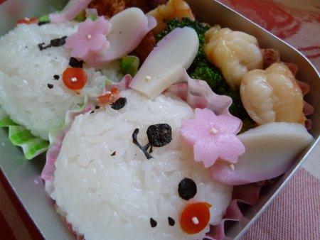 タラコと昆布のおにぎりに、おかずは、エビとブロッコリーの炒め物、アジフライです。