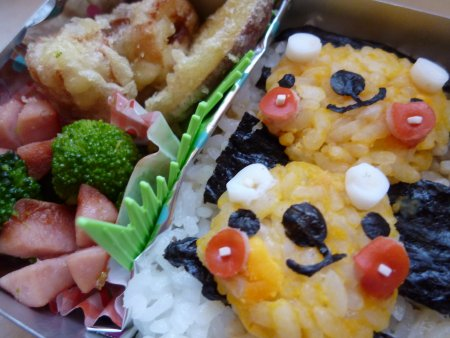 ご飯は、2段の海苔ご飯、クマさんは、卵の黄身を混ぜたご飯です。おかずは、ちくわとサツマイモの天ぷら、ブロッコリーとウインナーの炒め物です。