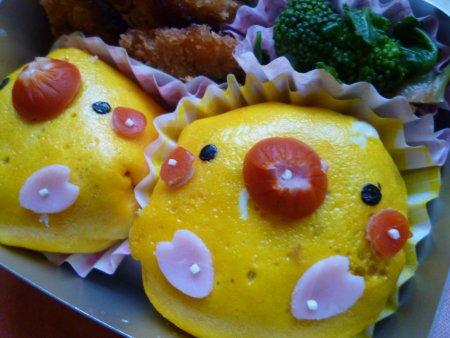 ひよこちゃんは、カレーピラフを薄焼き卵で包みました。おかずは、魚フライ、ほうれん草とブロッコリーのお浸しです。