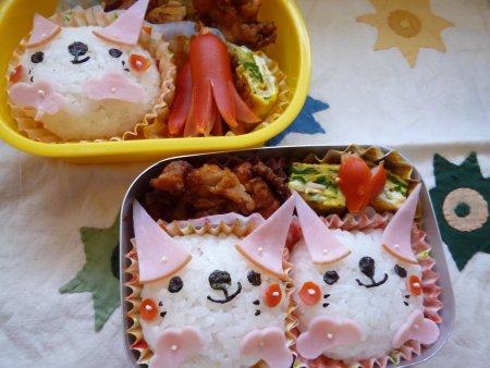 たらこと梅干のネコちゃんおにぎり。おかずは、鶏のから揚げ、野菜入り卵焼きです。