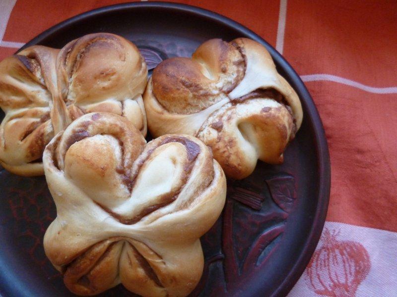蝶々ぱん。チョコカスタードを作り、折り込みました。主人があるサイトで作り方を見つけ、リクエストしてきたパンです。